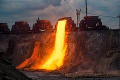 Descarga doméstica na fundição de ferro, paisagem industrial da escória imagem de stock