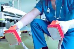 Descarga eléctrica (desfibrilación) en hospital imagen de archivo