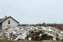 Descarga en un área residencial Basura de la construcción lanzada ilegal lejos en un área residencial fotos de archivo