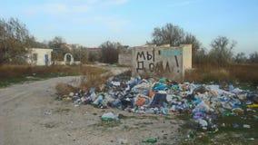 Descarga espontánea de la basura del hogar cerca de casas residenciales fotografía de archivo libre de regalías