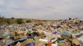 Descarga grande de la basura y de basuras fuera de la ciudad almacen de video
