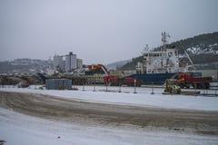 Descarga la grava en el tiempo de la nieve Fotos de archivo
