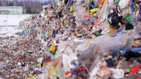 Descarga urbana de la basura Porciones del plástico, basura inútil en el landfillsite almacen de metraje de vídeo