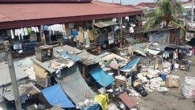 Descargas de lixo em torno de uma casa Foto de Stock Royalty Free