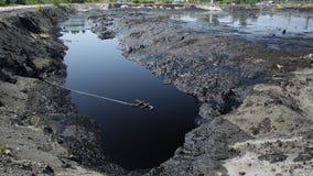 Descargue la basura tóxica, el agua de la contaminación de la laguna del aceite y el suelo Imagen de archivo libre de regalías