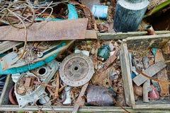 Descargue los viejos objetos en el bosque, chatarra oxidada del metal rodee foto de archivo libre de regalías