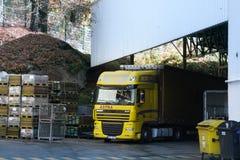 Descarregamento de caminhões pesados fotos de stock royalty free