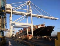 Descarregamento do navio de carga do recipiente fotos de stock royalty free