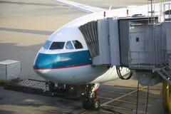 Descarregamento dos aviões fotos de stock