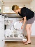 Descarregando a máquina de lavar louça Imagens de Stock