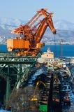 Descarregando o carvão dos carros de estrada de ferro no porto de Nakhodka Mar do leste (de Japão) 05 03 2015 Foto de Stock Royalty Free