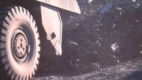 Descarregando pedras de um caminhão video estoque