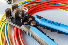 Descascador de fios e cortador com fios coloridos imagem de stock royalty free