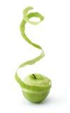 Descascando a maçã verde Fotografia de Stock Royalty Free