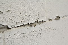 Descascando a pintura branca na parede Foto de Stock