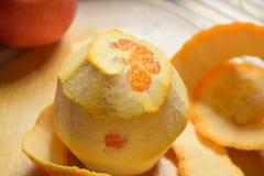 Descascando uma laranja Fotografia de Stock