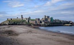 Descasque o castelo como visto da praia na entrada para descascar o porto, ilha do homem Foto de Stock