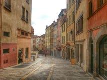 descasque a rua e a construção velha no distrito do croix-rousse, cidade velha de Lyon, França Foto de Stock Royalty Free