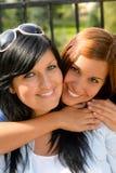 Descendant étreignant son aimer heureux de mère à l'extérieur Images stock