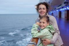 Descendant de mère posant à bord du bateau Image stock