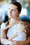 Descendant de sommeil de fixation de mère Image libre de droits