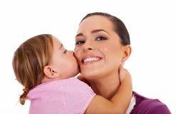 Descendant embrassant la mère Image libre de droits