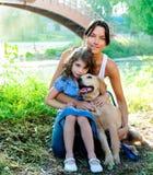 Descendant et mère avec le chien d'arrêt d'or image libre de droits