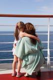 Descendant et mère embrassant sur le paquet de doublure de vitesse normale Image libre de droits