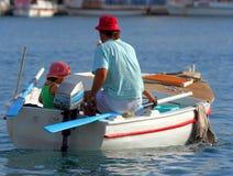 Descendant et père sur le bateau photo libre de droits