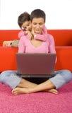 Descendant et sa mère occupée Photo libre de droits