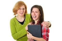 Descendant heureux et smilling avec la mère, d'isolement Photo stock
