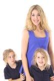 Descendant jumeau jetant un coup d'oeil autour de la mère Photographie stock libre de droits