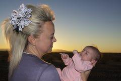 Descendant nouveau-né plein d'adoration de maman Photos stock