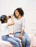 Descendant photographiant la mère photographie stock