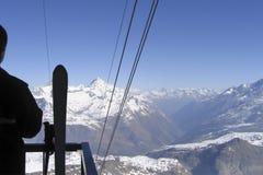 Descendeur regardant de ci-dessus le massif neigeux de montagne photo stock
