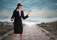 Descendre bandé les yeux de femme d'affaires la route Image libre de droits