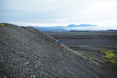 Descendre des couples en Islande Photographie stock