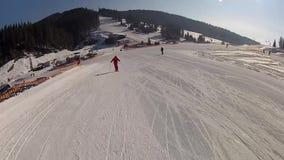 Descendre la descente de ski dans Bukovel banque de vidéos