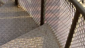 Descendre un escalier en spirale en métal banque de vidéos