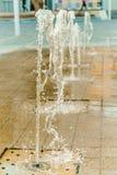 Descenso abstracto de la onda de agua en el movimiento con el fondo del color Foto de archivo