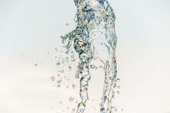 Descenso abstracto de la onda de agua en el movimiento con el fondo del color Fotografía de archivo
