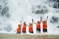 Descenso de cañones feliz de los turistas en la cascada de Datanla en Vietnam Fotos de archivo