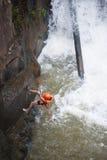 Descenso de cañones turístico en la cascada de Datanla en Vietnam Imagenes de archivo