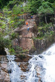 Descenso de cañones turístico en la cascada de Datanla, Vietnam Foto de archivo