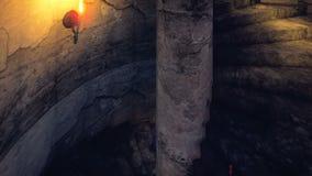 Descenso de los pasos de una torre medieval mística en una noche profunda, asustadiza Animación cinemática realista ilustración del vector