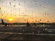 Descenso de rocío en la falta de definición de la ventana del aeroplano Imagenes de archivo