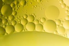 Descenso del aceite en el agua imagen de archivo libre de regalías