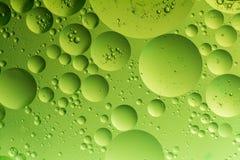 Descenso del aceite en el agua foto de archivo