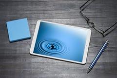 Descenso del agua de la tableta del negocio Fotografía de archivo libre de regalías