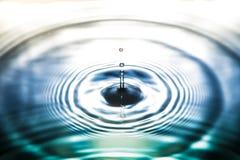 Descenso del agua en fondo de la naturaleza Foto de archivo